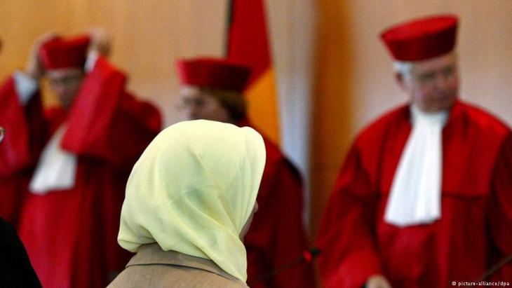 Fereshta Ludin, muslimische Lehrerin und Beschwerdeführerin im Kopftuchstreit, im Bundesverfassungsgericht in Karlsruhe nach der Urteilsverkündung vom 24.09.2003; Foto: dpa/picture-alliance