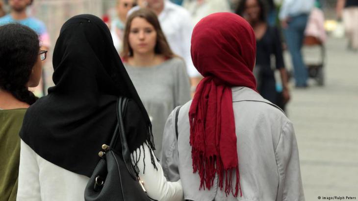 Muslima mit Kopftüchern spazieren in der Innenstadt Münchens; Foto: imago/Ralph Peters