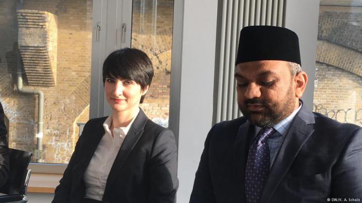 Yasemin Shooman, Rassismusforscherin in Berlin, und Suleman Malik von der Ahmadiyya-Gemeinschaft; Foto: DW