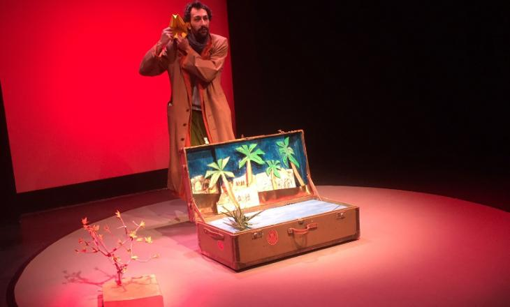 """Szene aus dem Theaterstück """"Der Vogel Anderswo""""; Quelle: Theater der Jungen Welt Leipzig"""