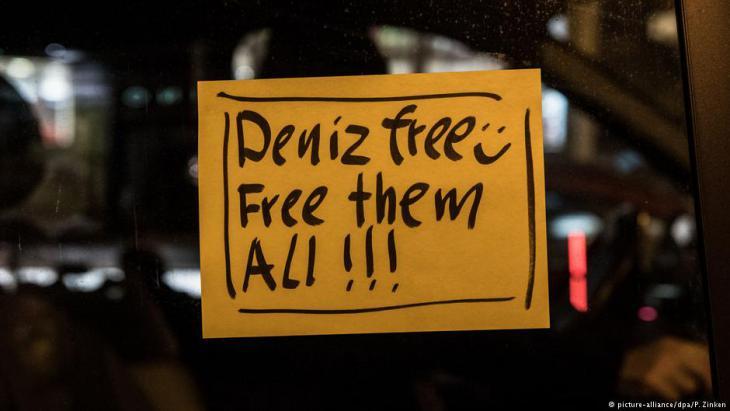 Autoaufkleber in Berlin nach der Freilassung von Deniz Yücel am 16.02.2018; Foto: picture-alliance/dpa/P. Zinken