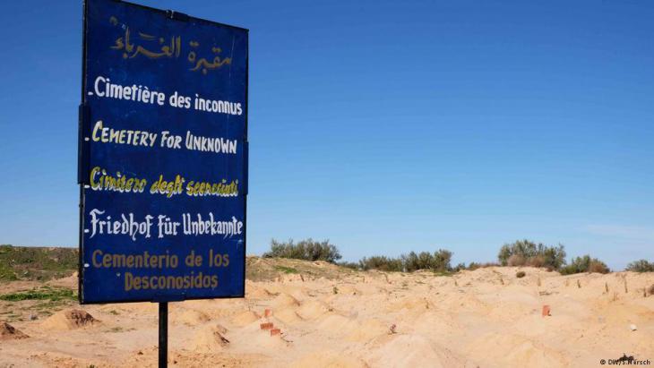 """""""Friedhof für Unbekannte"""" am Rand einer ehemaligen Müllhalde; Foto: DW"""
