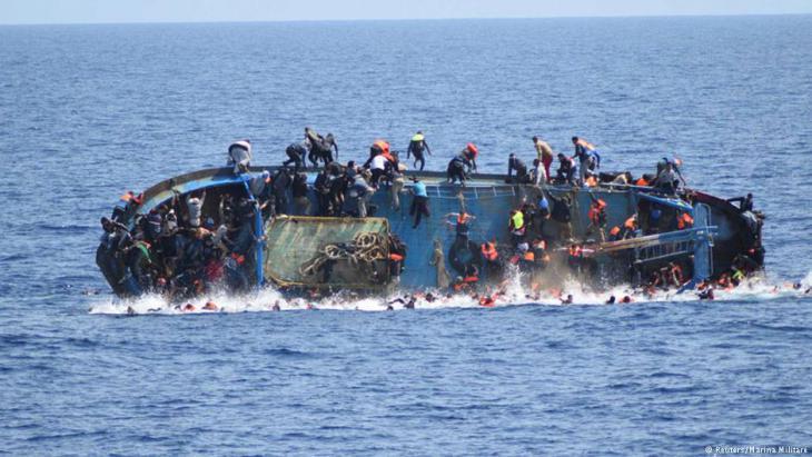 Kenterndes Flüchtlingsboot im Mittelmeer; Foto: Reuters
