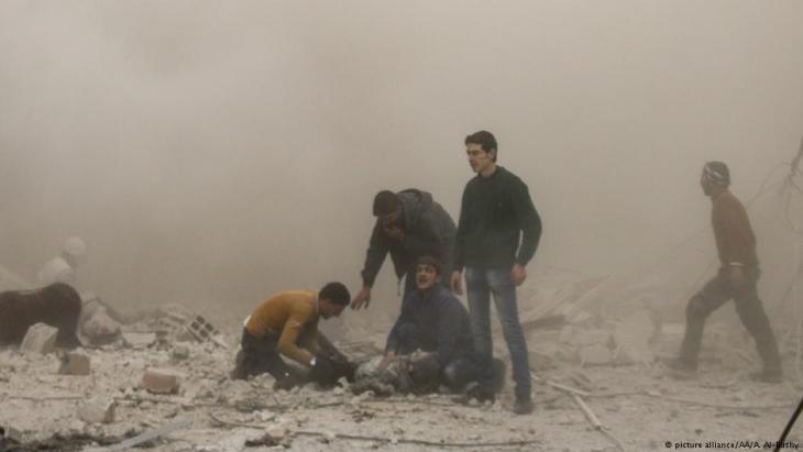 Zivilisten suchen nach Vermissten in dem von Assad-Truppen belagerten Ost-Ghuta; Foto: picture-alliance/AA