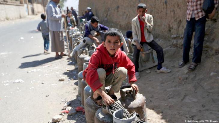 Jeminiten warten Anfang November 2017 in langer Schlange auf Grundversorgung mit Gas und Erdöl in Sanaa; Foto: Getty Images/AFP/M. Huwais