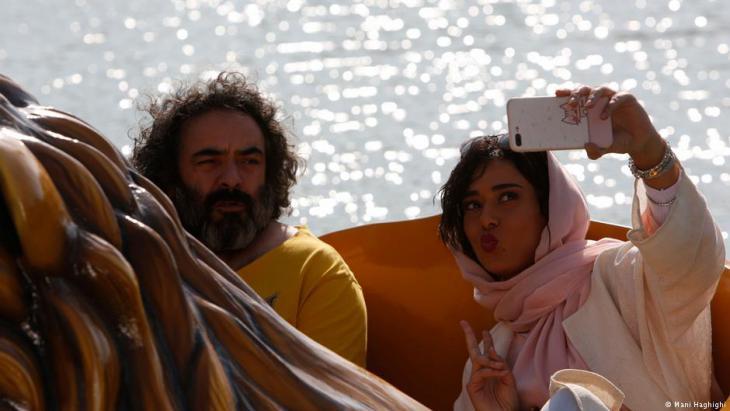 """Ein Selfie für Instagram: Szene aus """"Schwein"""" mit Hasan Majuni und Parinaz Izadyar"""
