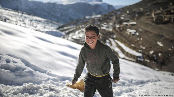 Der 11jährige Mouhcine beim Rodeln im verschneiten Atlasgebirge bei Tighanmin; Foto: AP/Mosa'ab Elshamy
