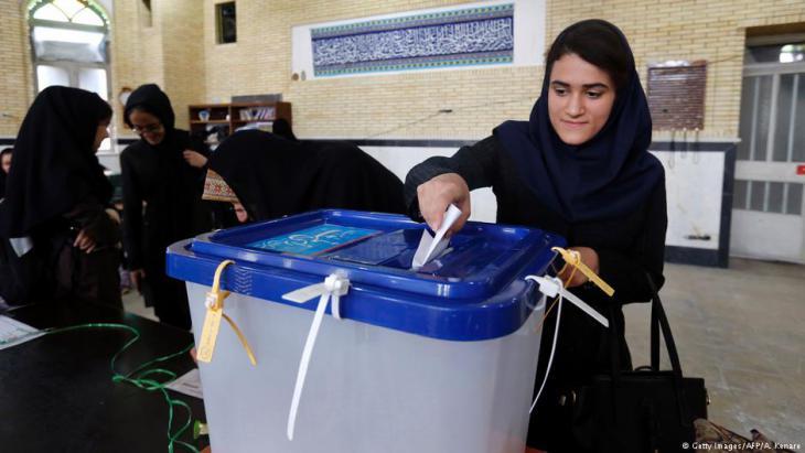 Iranerin bei der Stimmabgabe anlässlich der iranischen Parlamentswahlen am 29. April 2016; Foto: Getty Images/AFP