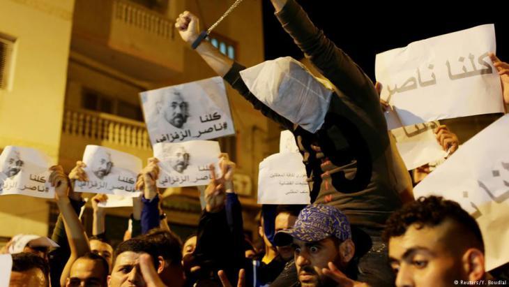 Proteste zur Freilassung des prominenten Aktivisten und Regimekritikers Nasser Zefzafi in El-Hoceima; Foto: Reuters/Youssef Boudlal