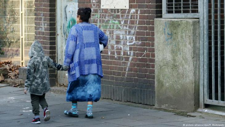 Frau mit Kind in Duisburg-Marxloh; Foto: Roland Weihrauch/dpa