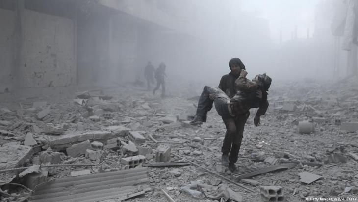 Bergung von verletzten Zivilisten nach Luftangriffen des Assad-Regimes auf Ost-Ghuta; Foto: Getty Images/AFP
