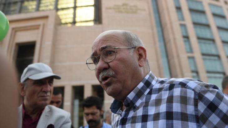 """Aydın Engin, Journalist der türkischen Tageszeitung """"Cumhuriyet""""; Foto: AFP/Bülent Kilic"""