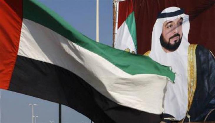Fahne der Vereinigten Arabischen Emirate neben einem Standbild Sheikh Khalifa bin Zayed Al-Nahayan in Abu Dhabi; Foto: Reuters/Ahmed Jadallah
