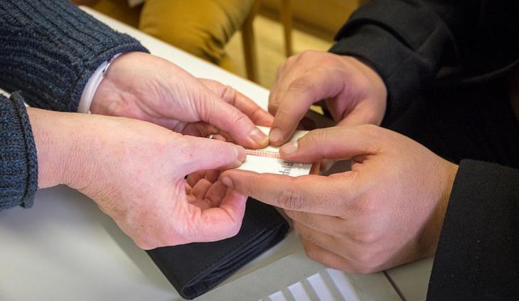 Hilfsmittel zum bestimmen von Wertbeträgen von Geldscheinen (Foto: Kuhnle/ifa