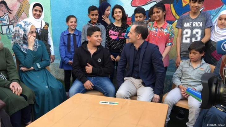 Außenminister Heiko Maas inmitten der geflüchteten Jugendlichen in Jordanien. Foto: DW
