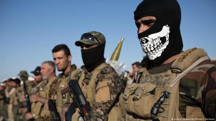 """Einheiten der schiitischen Miliz Schiitische Miliz """"Hashed al-Shaabi"""" im Oktober 2016 in einem Militärcamp südlich von Mossul; Foto: picture-alliance/Nur Photo/S.Backhaus"""