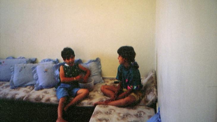 Cousine Nour (links) mit der Autorin bei den Großeltern in Gaza Stadt, Palästina, 1989; Foto: privat
