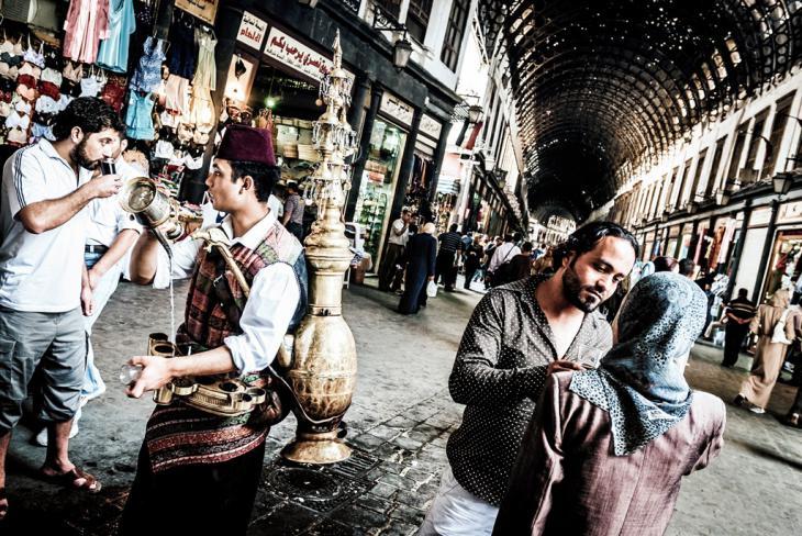 Die Hauptstraße im Suq von Damaskus und ein Tamarindensaftverkäufer; Foto: Lutz Jäkel