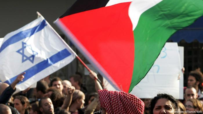 Friedenskativisten: Fahnen von Israel und Palästina werden gemeinsam geschwenkt; Foto: dpa