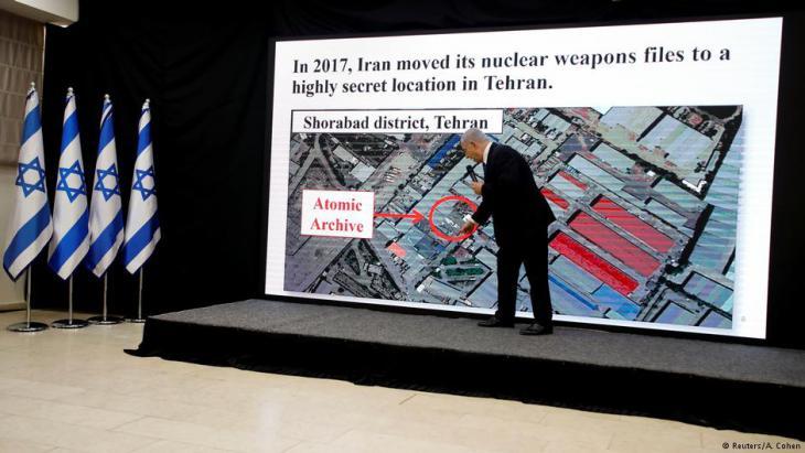 Israels Regierungschef Benjamin Netanjahu präsentiert angebliche Pläne Teherans zum Bau von Atombomben; Foto: Reuters