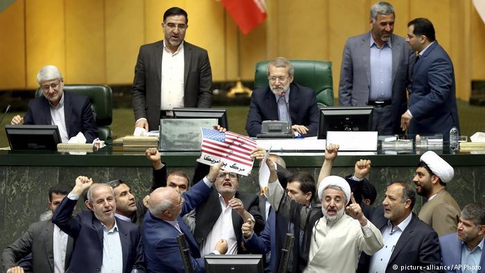 Verbrennung einer US-amerikanischen Flagge von Abgeordneten des iranischen Parlaments; Foto: picture-alliance/AP