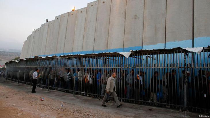 Wartende Palästinenser vor einem israelischen Checkpoint an der palästinensischen Stadt Betlehem im Westjordanland; Foto: Reuters
