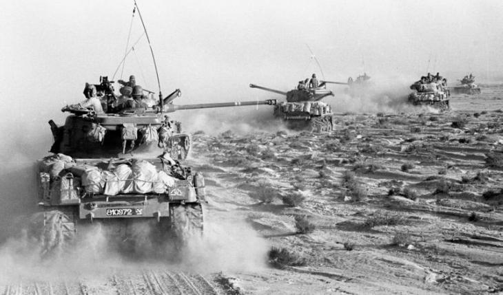 Israelische Panzer rücken im Juni 1967 auf der Halbinsel Sinai auf ägyptische Stellungen vor; Foto: dpa