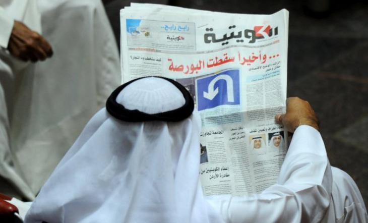 Golfaraber liest Zeitung; Foto: dpa