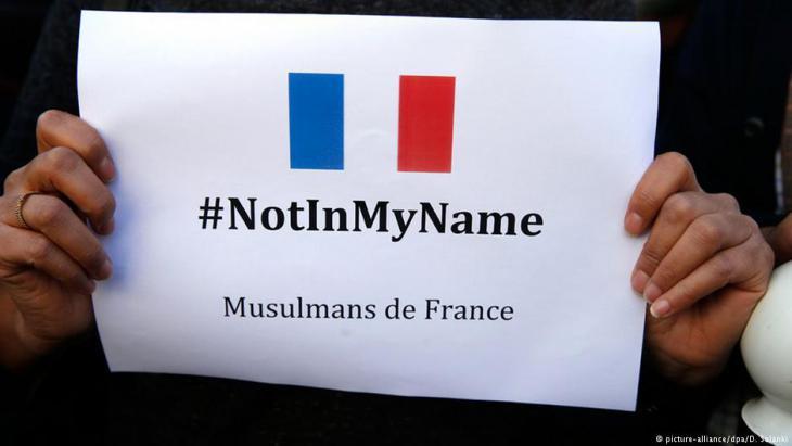 Frankreichs Muslime bekunden nach den Anschlägen in Paris vom 13. November 2015 ihre Ablehnung jeglicher Gewalt im namen des Islam; Foto: picture-alliance/dpa