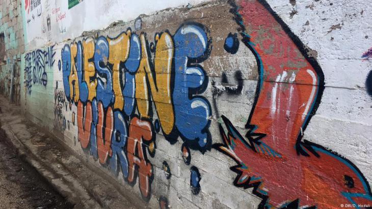 Grafity an einer Häuserwand im Flüchtlingslager Burj el-Barajneh; Foto: Diana Hodali/DW