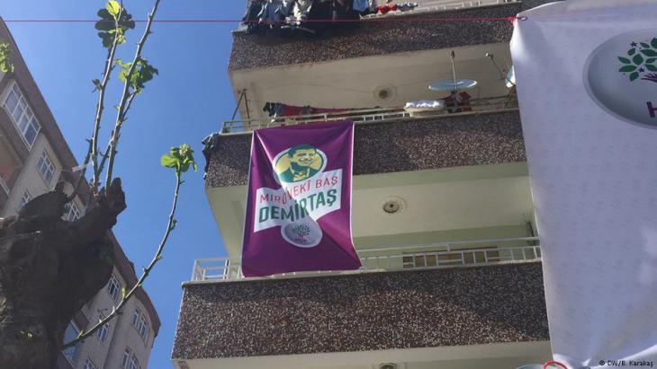Wahlplaka der HDP zeigt inhaftierten Parteiführer Selahattin Demirtas in Diyarbakir; Foto: DW/B. Karakas