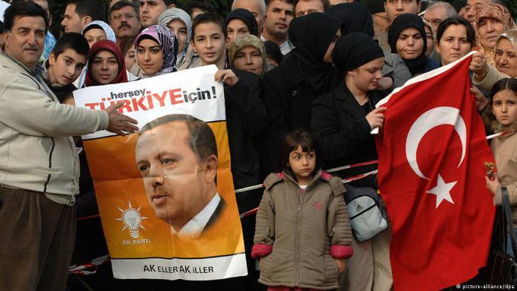 Anhänger Erdoğans in Köln; Foto: dpa/picture-alliance