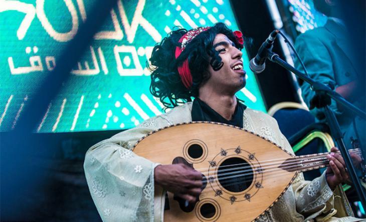 """Bandmitglied von """"Cabaret al-Shaikhat"""" beim Auftritt in Casablanca; Foto: Raseef 22"""