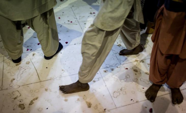 Sufis auf dem Marmorboden des Schreins von Lal Shahbaz Qalandar; Foto: Philipp Breu