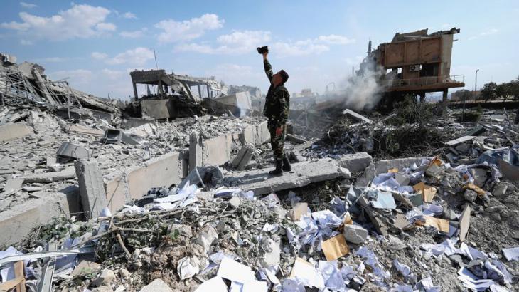 Trümmer eines Forschungszentrums in der Nähe von Damaskus; Foto: dpa/AP