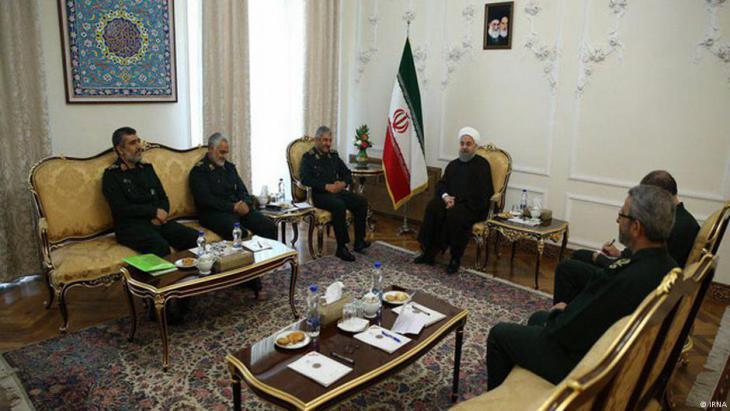 Irans Präsident Rohani im Kreis von Kommandeuren der Revolutionsgarden; Foto: IRNA