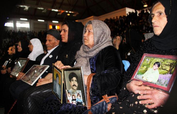 Irakische Familien trauern um ihre Angehörige 30 Jahre nach dem Giftgasangriff von Halabdscha; Foto: Reuters