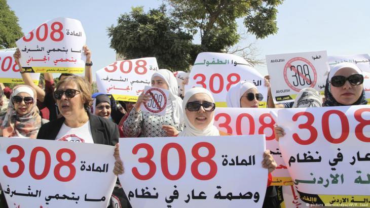 Frauenaktivistinnen demonstrieren für die Abschaffung des Paragrafen 308 in Amman; Foto: picture-alliance/dpa