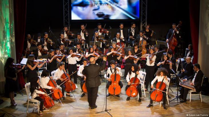 Musiker der Bremer Philharmonie musizieren gemeinsam mit tunseischen Kindern und Jugendlichen; Foto: Future Lab Tunesia