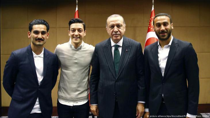 Erdogan mit Özil und Gündogan am 13.5.2018; Foto: picture-alliance/dpa