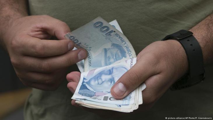 Türkische Lira in einem Geldwechselladen in Istanbul; Foto: picture-alliance/AP/P. Giannakouris
