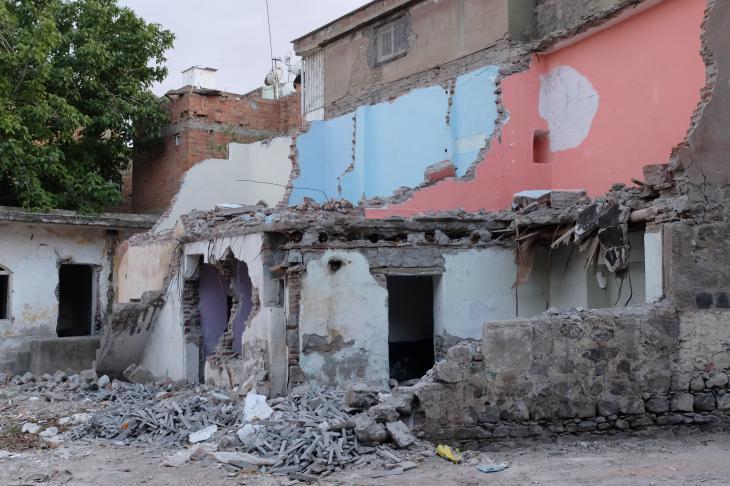 Zerstörte Häuser in der Altstadt von Diyarbakır; Foto: Ulrich von Schwerin