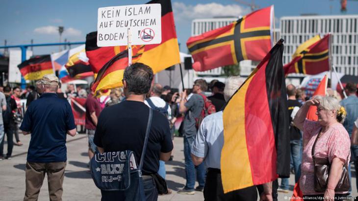 Rechtspopulisten demonstrieren vor dem Berliner Hauptbahnhof; Foto: picture-alliance/dpa