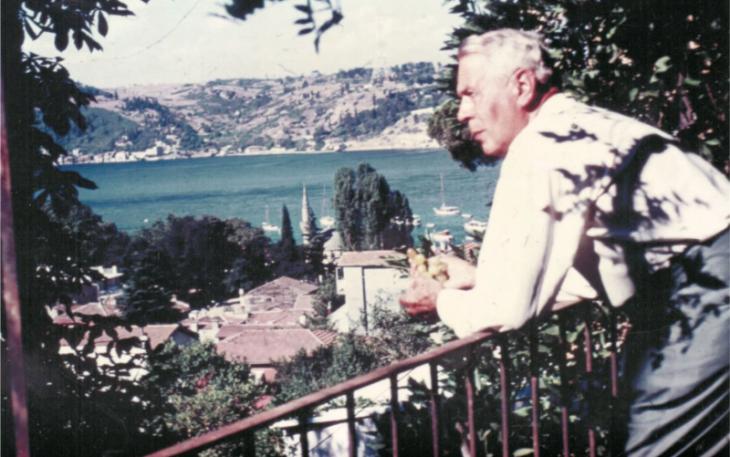 Wolfgang Schrader auf dem Balkon im Familienhaus in Bebek; Foto: Jochen Schrader