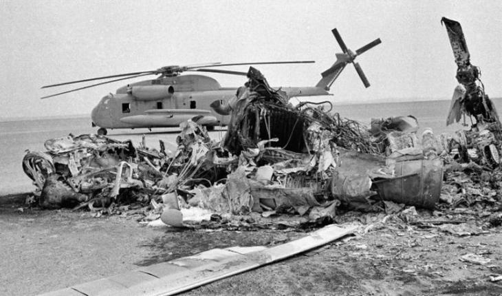 """Mißglückte  """"Operation Eagle Claw"""" des US-Militärs: Wracks der zusammengestoßenen Maschinen in der Wüste rund 600 Kilometer vor Teheran; Foto: AFP"""