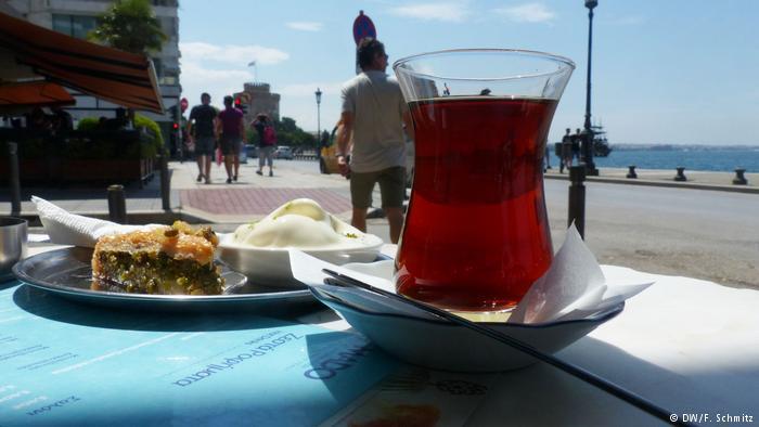Türkischer Tee und Baklawa in Thessaloniki; Foto: DW/Schmitz