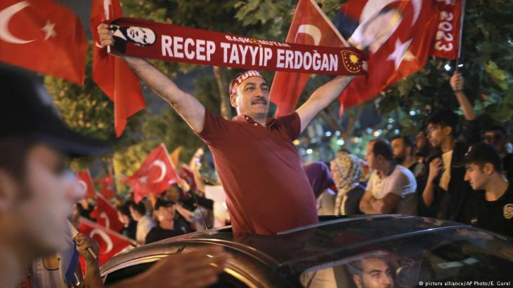 Anhänger Erdoğans jubeln nach Bekanntgabe der Wahlergebnisse in Istanbul; Foto: picture-alliance/AP