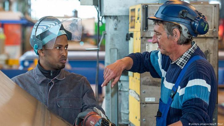 Hamza Ahmed aus Somalia arbeitet bei einer Firma, die Stahlteile für Windräder produziert; Foto: picture-alliance/dpa