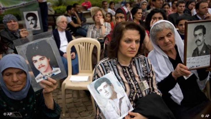 Frauen im Libanon halten Fotos ihrer vermissten Angehörigen aus der Zeit des libanesischen Bürgerkriegs von 1975-1990 vor dem UN-Gebäude in Beirut, Libanon; Foto: AP