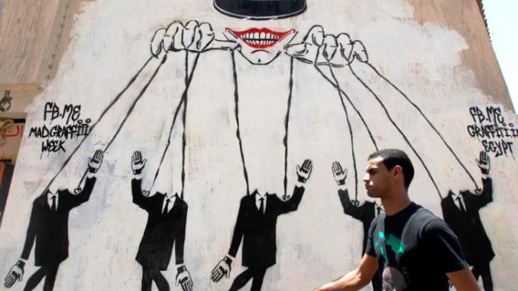 Graffiti in Kairo zeigt den Obersten Militärrat in Ägypten als Schaltzentrum der Macht; Foto: Nasser Nasser/AP
